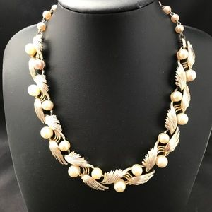 Vintage Lisner gold metal and pearl necklace